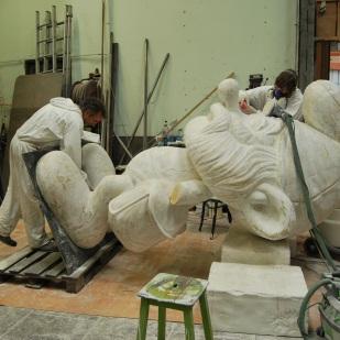 Sculpture en cours de ponçage