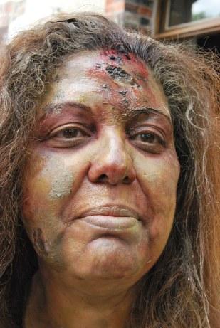 Prothèse de blessure, modelage en plastiline, moulage résine polyhuréthane et tirage en gélatine maquillée